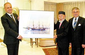 エルトゥールル号の絵と(左から)ボスタノール総司令官、志磨さん、メリチ大使