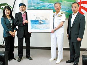 佐藤司令官(右から2人目)に贈呈