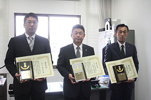 プラチナ賞を受賞したJAFの大蔵事務所長㊥と金賞受賞事業所代表者