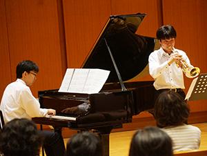 演奏する和歌山大学の学生ら