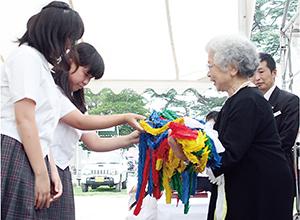 和大付属中の生徒が吉田理事長に千羽鶴を手渡した