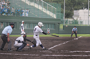 6回、追加点となる左本塁打を放つ小川