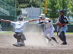 9回裏、1死2、3塁、池田の内野安打で本塁に生還する山本(和歌山東)