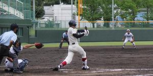 1回、1、2塁から2塁打を放つ野嶋(和歌山商)