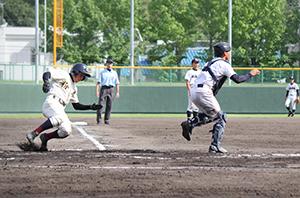 7回、橋本の適時打で3点目の本塁を陥れる大橋(粉河)