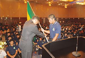 高体連旗を受け取る中本選手
