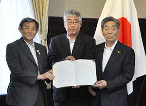協定を交わした(左から)仁坂知事、松本社長、中村市長(県提供)