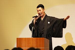 日本とトルコの講談を演じる神田さん
