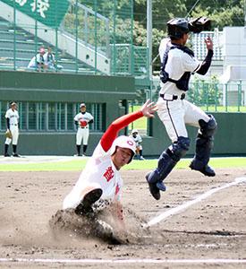 4回1死満塁、大石の犠飛で本塁に生還する春野(智弁)