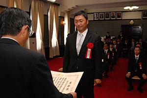 仁坂知事から大臣表彰を伝達される片山部長