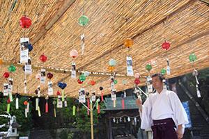 境内に飾られている風鈴(柿本神社)