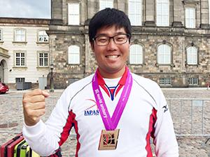 銅メダルを獲得し笑顔の古川さん(C)World Archery