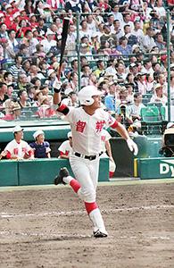 8回、右中間スタンドに本塁打を放つ山本