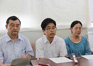 会見する呼び掛け人の(左から)江利川教授、越野准教授、内田教授