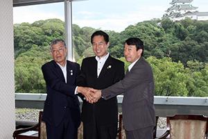 調印式に出席した(左から)片山会頭、尾花市長、瀧学長