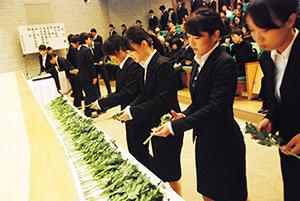 祭壇に献花する学生