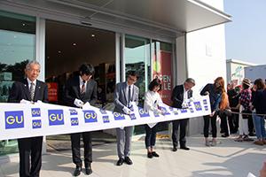 テープを切る、藤本部長、足立学部長、柚木社長、水田店長、田村本店長(左から)