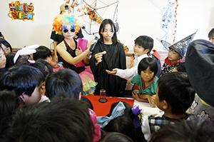 マジックを披露する児童