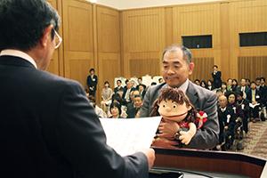 仁坂知事から表彰される受賞者