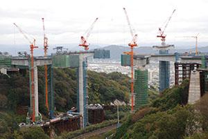 JR阪和線(写真下)をまたぐ形で建設が進む雄ノ山高架橋