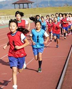 脚力を競い合う参加者(小学生女子)