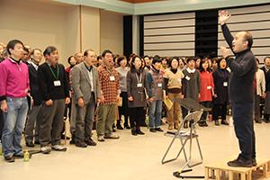 広上さんの指揮で伸びやかに歌う団員たち