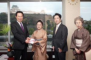 贈呈式に出席した(左から)尾花市長、石井副支部長、大西青年部長、中筋事務長