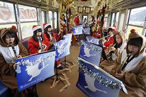 列車内で演奏する県立和歌山高校の生徒ら