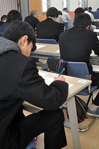 試験に臨む参加者(昨年)