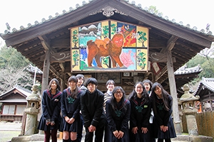 奉納された絵馬と生徒ら