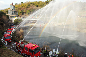 消防車両の一斉放水に虹が浮かぶ(海南市)