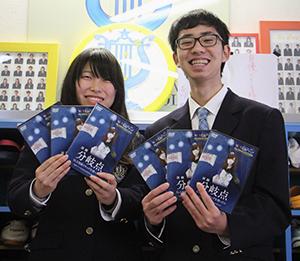 DVDを手に長谷君㊨と打田さん