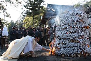 「とんど焼き」の火を入れる神職