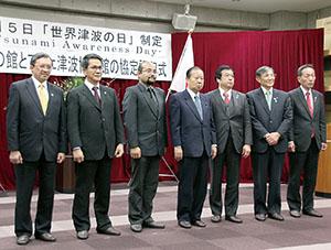 調印式の出席者(左から3人目がハサン館長)