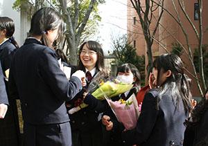 卒業生に花束を渡す後輩
