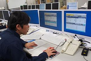 防災情報システムで市町村からの情報を確認する県職員(県庁南別館)