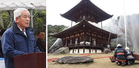 あいさつする青柳長官㊧、国宝「大塔」付近で消火訓練にあたる参加者