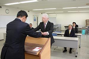 表彰状を受け取る小川会長