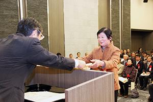 仁坂知事から感謝状や認定証が贈られた