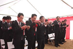 工事の無事を願う尾花市長(前列左から2人目)と遠北社長(同3人目)ら