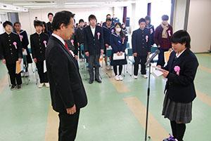 尾花市長㊧に謝辞を述べる宮井さん