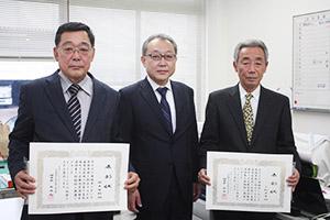 表彰された稲本さん㊧、三栖さん㊨と島理事長