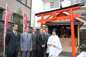 新社殿の前で西尾宮司㊨、峰さん(その左)、責任役員の皆さんら