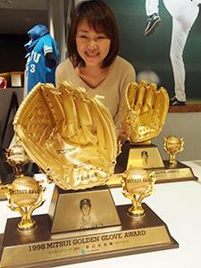 西口さんが獲得した数々のタイトルの一つ、ゴールデングラブ賞