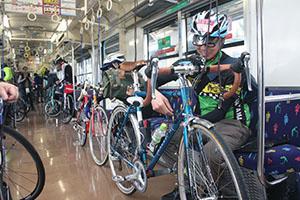 電車内に自転車を積みこんだ参加者
