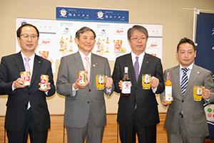 第1弾商品を手に仁坂知事(左から2人目)と食品会社関係者