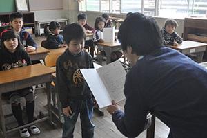 通知表を受け取る児童
