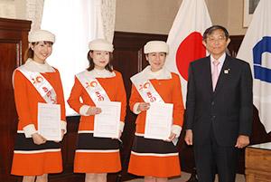 委嘱状を手に(左から)貴志さん、滝谷さん、多部さんと仁坂知事
