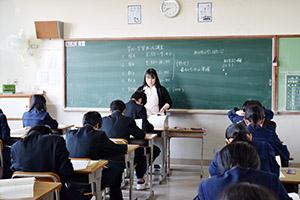 テスト開始の合図を待つ生徒(和歌山市内の中学校で)
