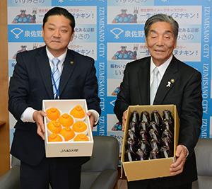特産品を手に中村市長㊨と千代松市長